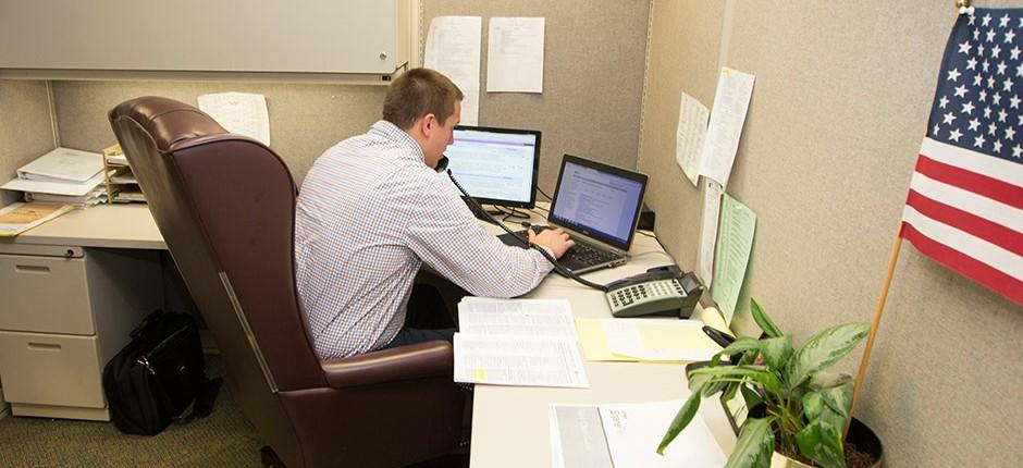 CPA-team-working-at-desk-in-Louisville